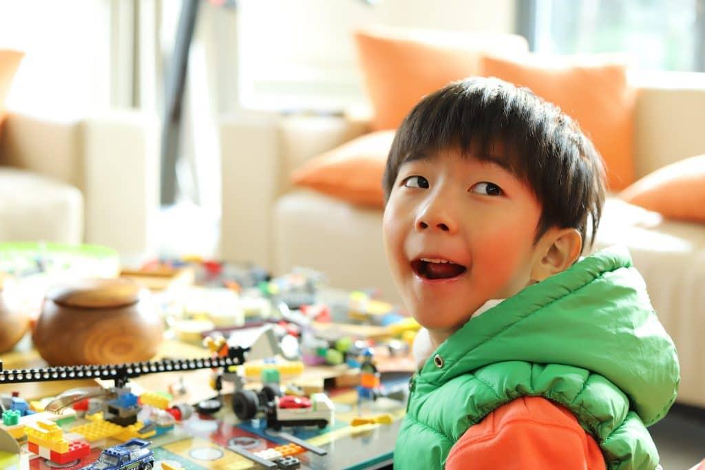 Super blij kind met het nieuwe T-bric Lego abonnement van € 9,99 per maand